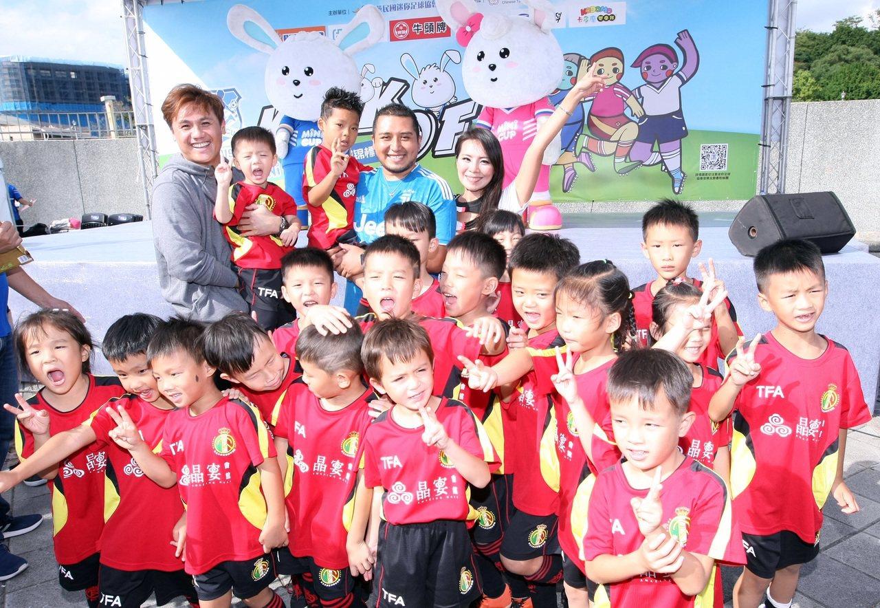 統一獅球星陳鏞基(左後)帶著帶著兒子一同參加2019第三屆MINI CUP迷你足...