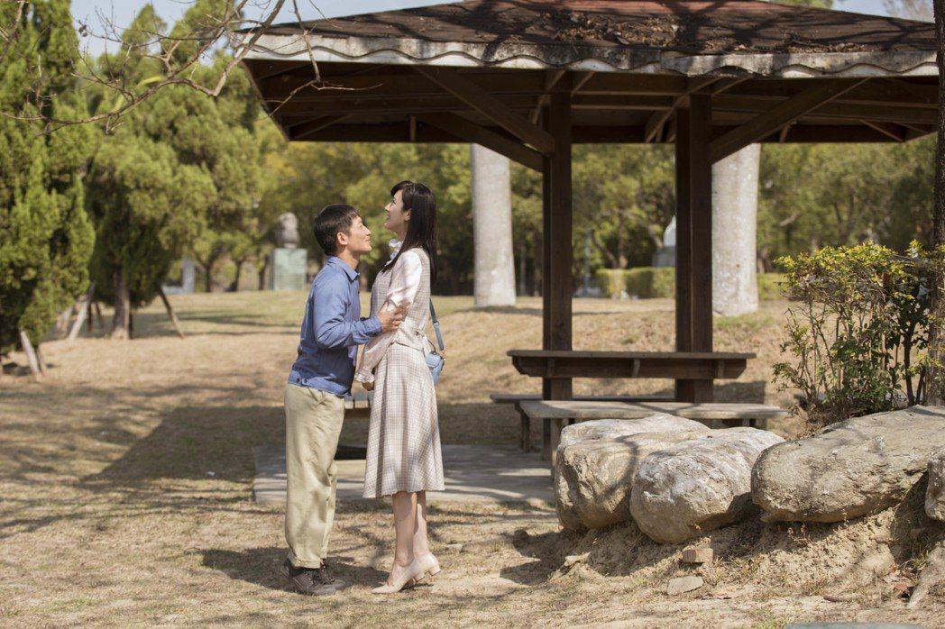 蔡昌憲(左)踮腳想親田羽安反遭捉弄,笑稱反應現實和老婆接吻真實畫面。圖/公視提供