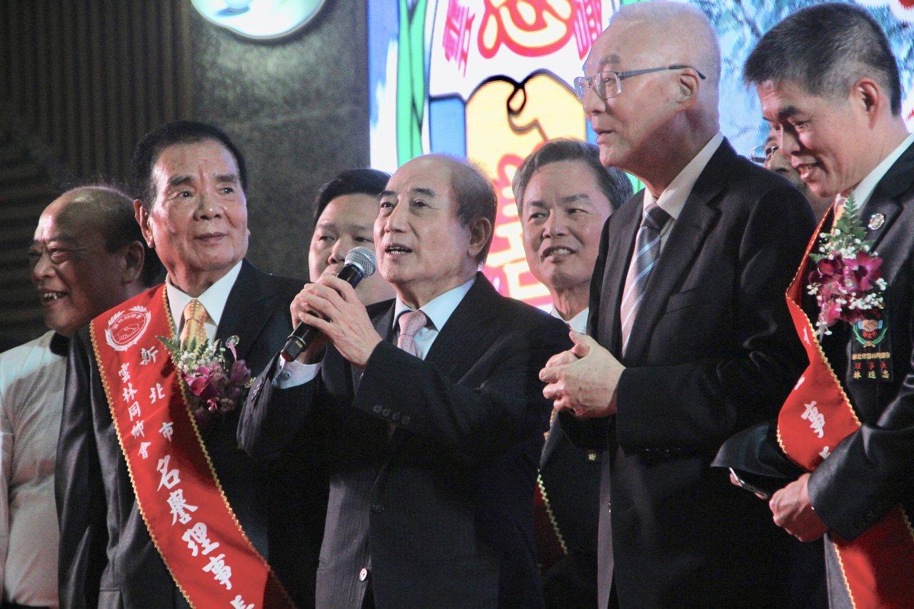 國民黨主席吳敦義因日前擬自列不分區立委安全名單,近日遭各界反對,今吳敦義「被動接...