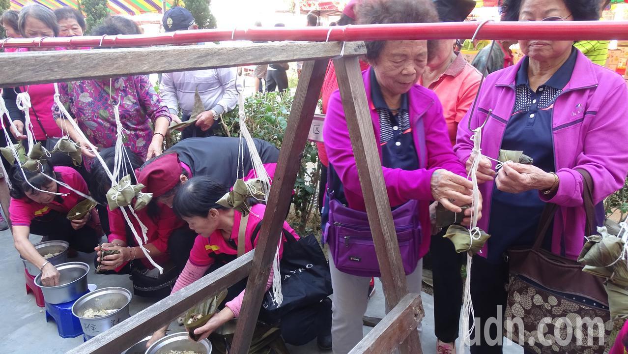 彰化縣社頭鄉農會9日舉辦芭樂評鑑活動,現場安排包肉粽diy活動。記者何烱榮/攝影