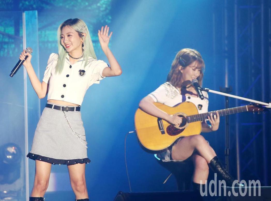 安智煐(左)及禹智潤(右)以歌聲和吉他演出讓歌迷陶醉。記者曾原信/攝影