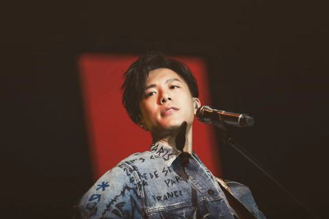 韋禮安今晚在南京舉辦第2場「而立」世界巡演,因得知住在杭州、罹患甲狀腺癌的某位女歌迷正在進行化療,特地邀請對方來到現場,並貼心地安排了最接近舞台的首排座位,透過歌聲替她打氣。上周他獻唱經典曲目「Bo...