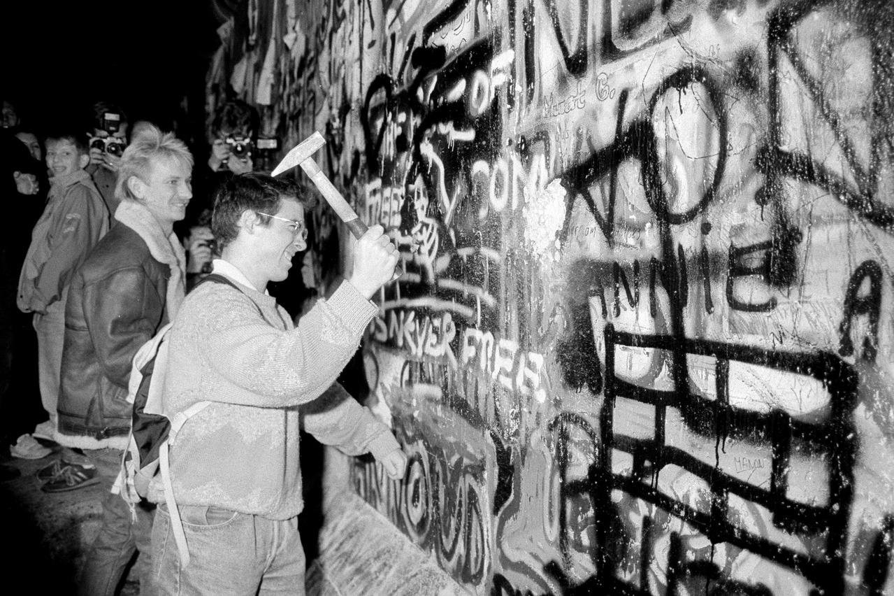 柏林圍牆倒了 陸防火牆何時倒 評論家:港台新疆是重點
