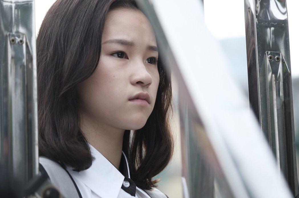 盧以恩在「糖糖Online」劇中飾演家境優渥的高中女生,面對青梅竹馬喜歡別的女生...