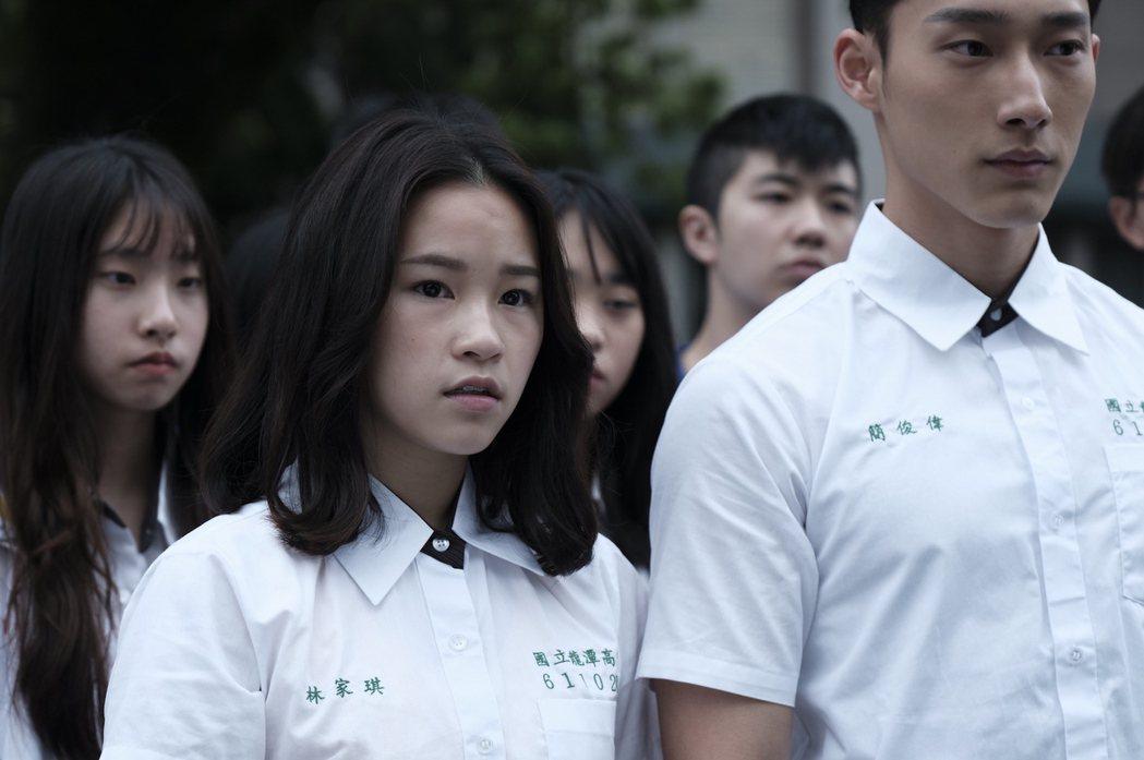 盧以恩(左)、唐綸在「糖糖Online」戲中飾演青梅竹馬。圖/公視提供