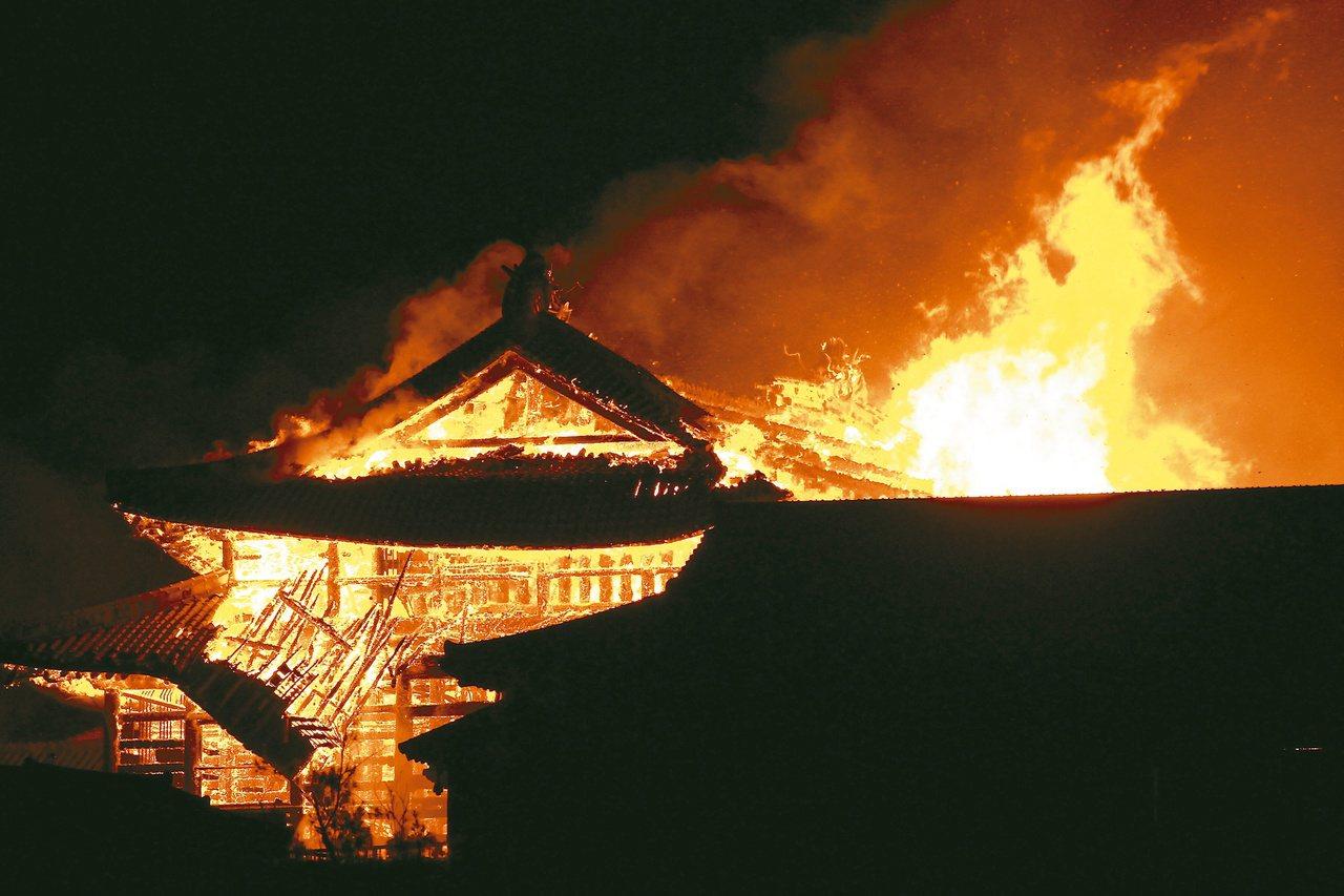 沖繩首里城10月31日凌晨失火,消防人員漏夜灌救,當地時間快中午才控制火勢。(歐...