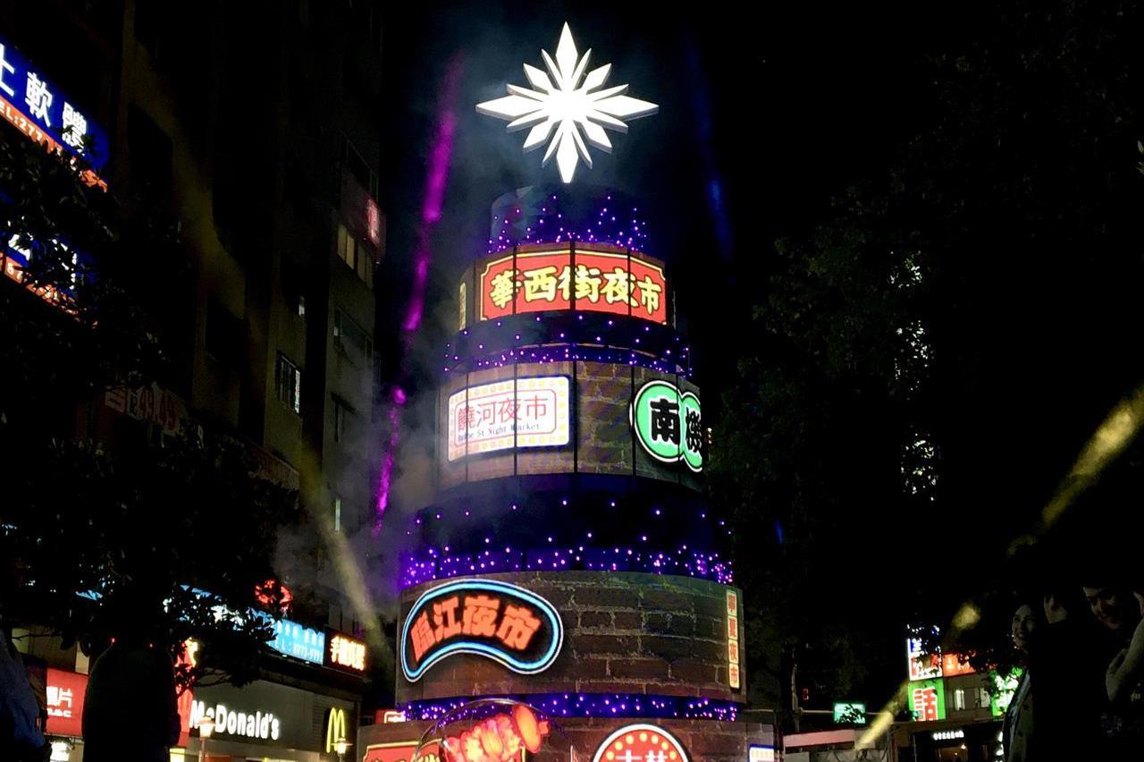 台北開始跨年啦! 東區耶誕主燈和街道燈飾點亮台北