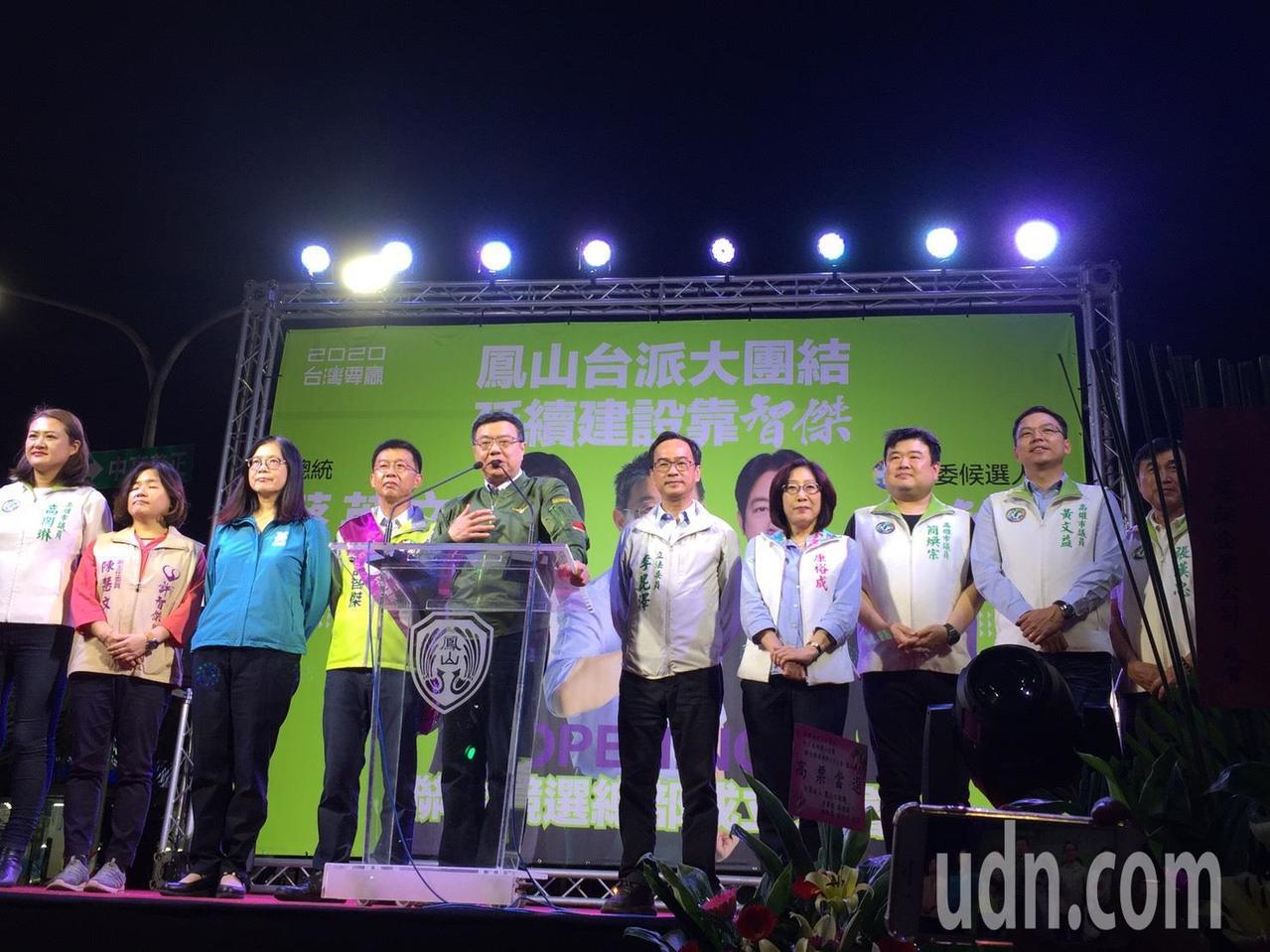 民進黨主席卓榮泰(左五)今晚為民進黨立委參選人許智傑(左四)站台。記者楊濡嘉/攝...