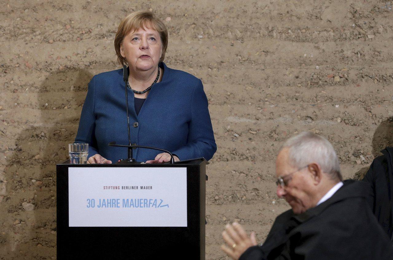 德國、東歐多國領導人和歐洲各國青年9日紀念柏林圍牆倒塌30周年,總理梅克爾在圍牆...