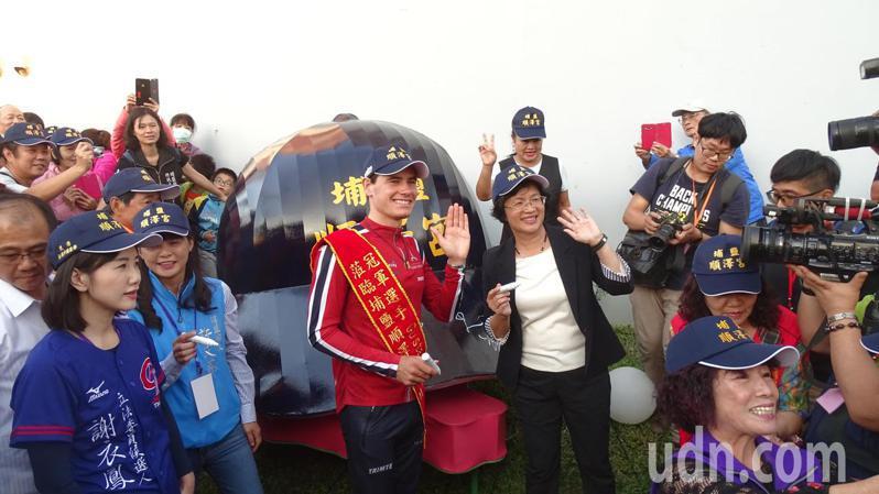 埔鹽澤順澤宮邀請挪威三鐵選手伊登和縣長王惠美,在巨型順澤宮帽花燈上簽名。聯合報系記者何烱榮/攝影