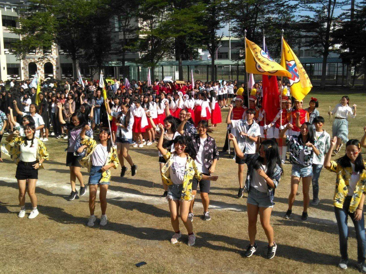 台東女中今天舉辦校慶及運動會,學生化妝進場帶動觀樂氣氛。圖/台東女中提供