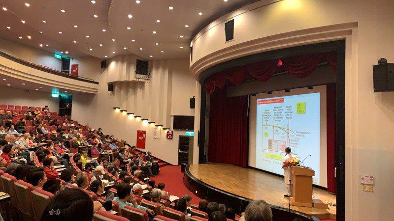 桃園市政府衛生局主辦的「失智友善照護開講」,第一站來到林口長庚醫院,與聯合報以及現場200多民眾共同關心失智症友善照護議題。記者吳貞瑩╱攝影