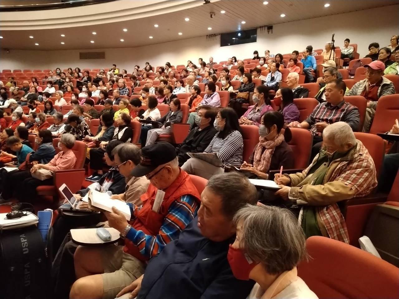 兩百多位民眾對失智症十大警訊以及長照資源全神貫注聆聽。記者吳貞瑩╱攝影