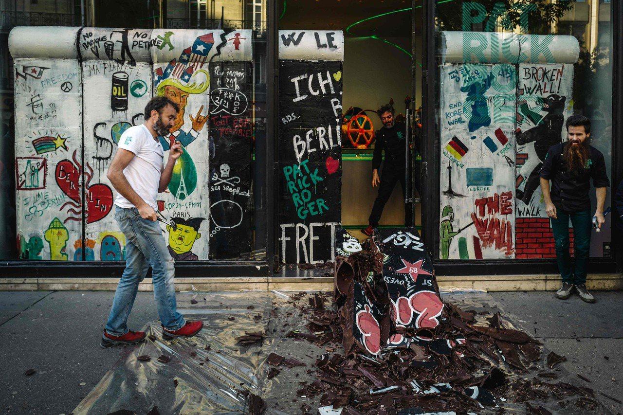 法國甜點師羅傑仿效1989年的柏林人,敲破巧克力圍牆。(法新社)