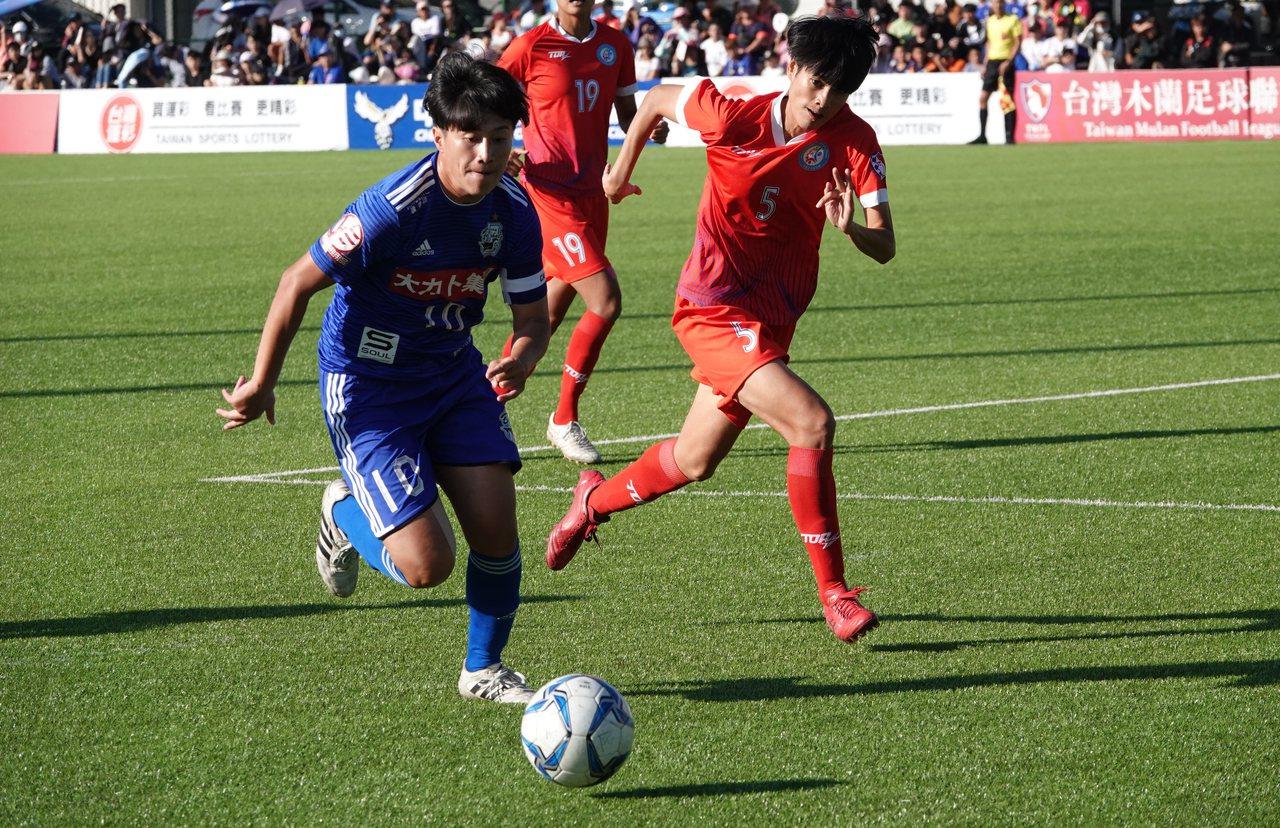 李綉琴(左)個人梅開二度助隊逆轉奪冠。記者毛琬婷/攝影