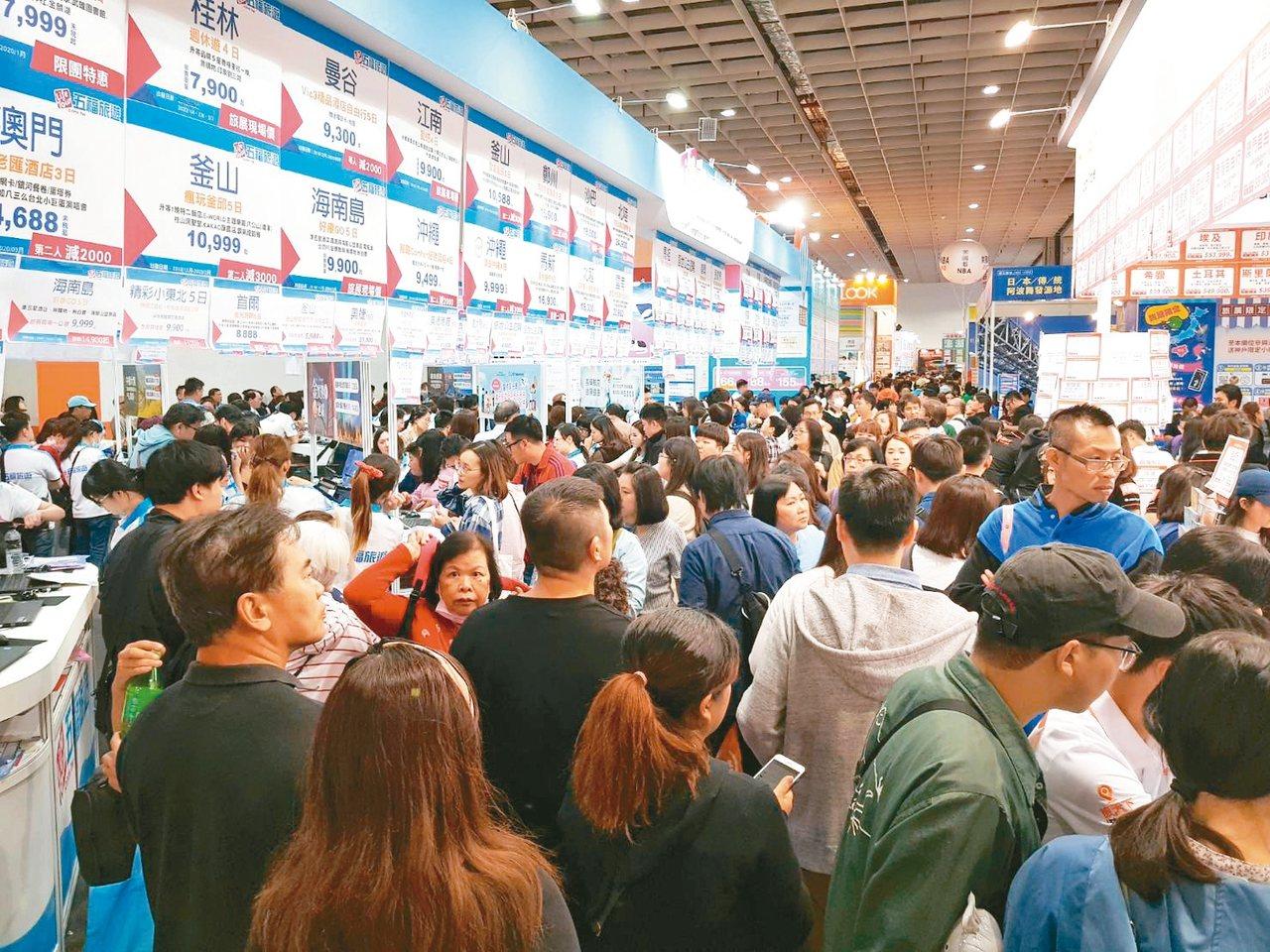2019台北國際旅展迎來首個周末假日,湧現人潮。 記者陳睿中/攝影