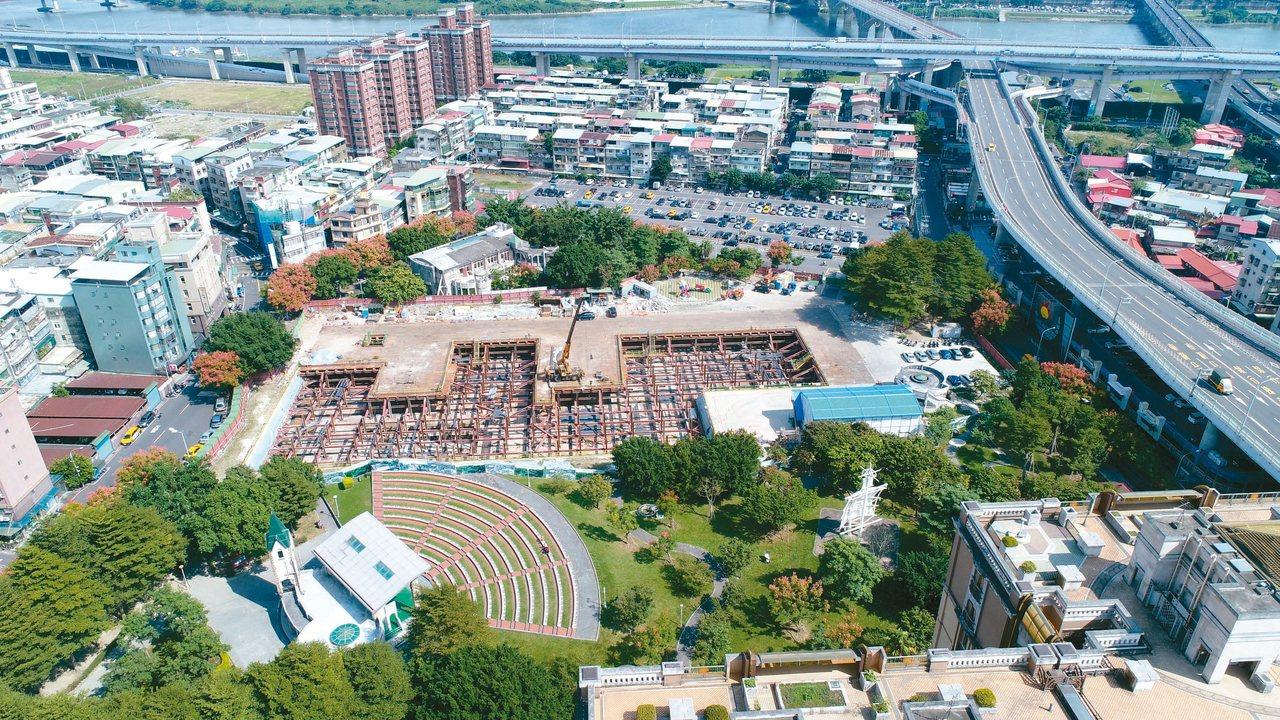 新北市板橋音樂公園新建地下停車場工程去年9月動工,目前工程進度達55%,力拚明年...