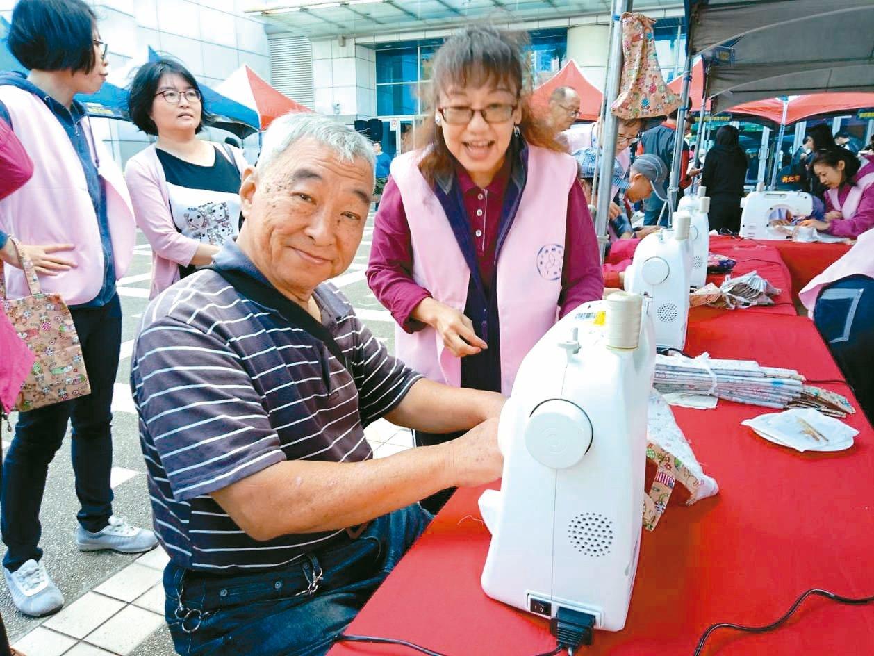 新北市66歲溫姓長者學習縫紉(前左)。 圖/新北市勞工局提供