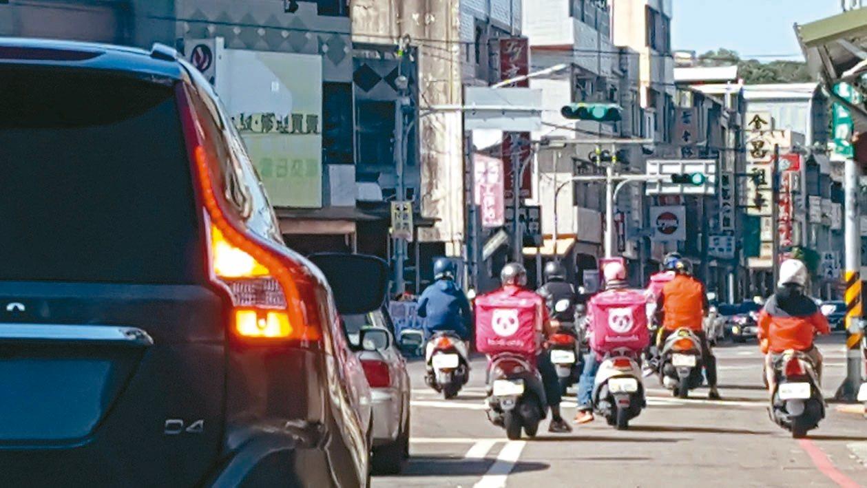 外送員近來不斷增加,街頭四處可見外送員忙著送餐。 報系資料照/記者胡蓬生攝影