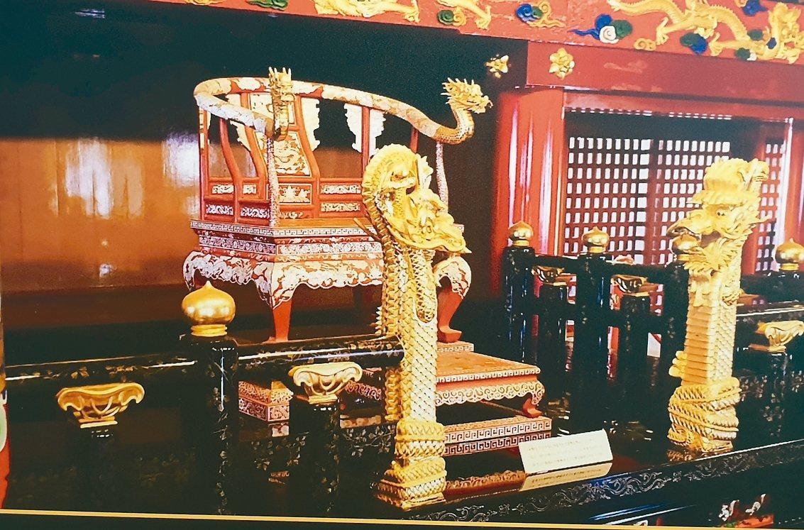 首里琉球王御王座出自國家工藝成就獎得主、木雕大師葉經義之手。 陳宛茜翻攝
