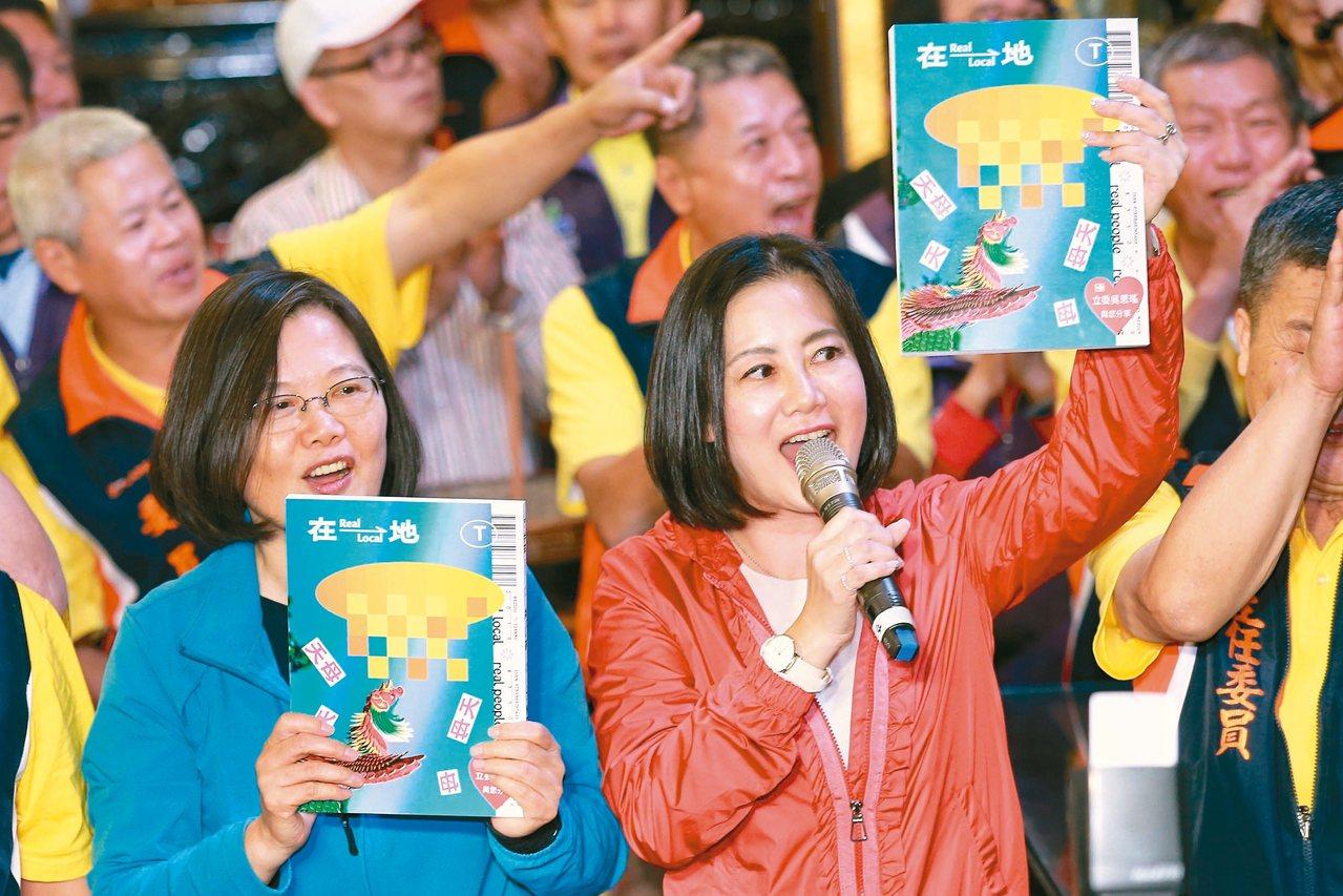 蔡英文總統(左)昨晚到天母「三玉宮」參拜時,為吳思瑤新書「在地」站台宣傳。 記者...