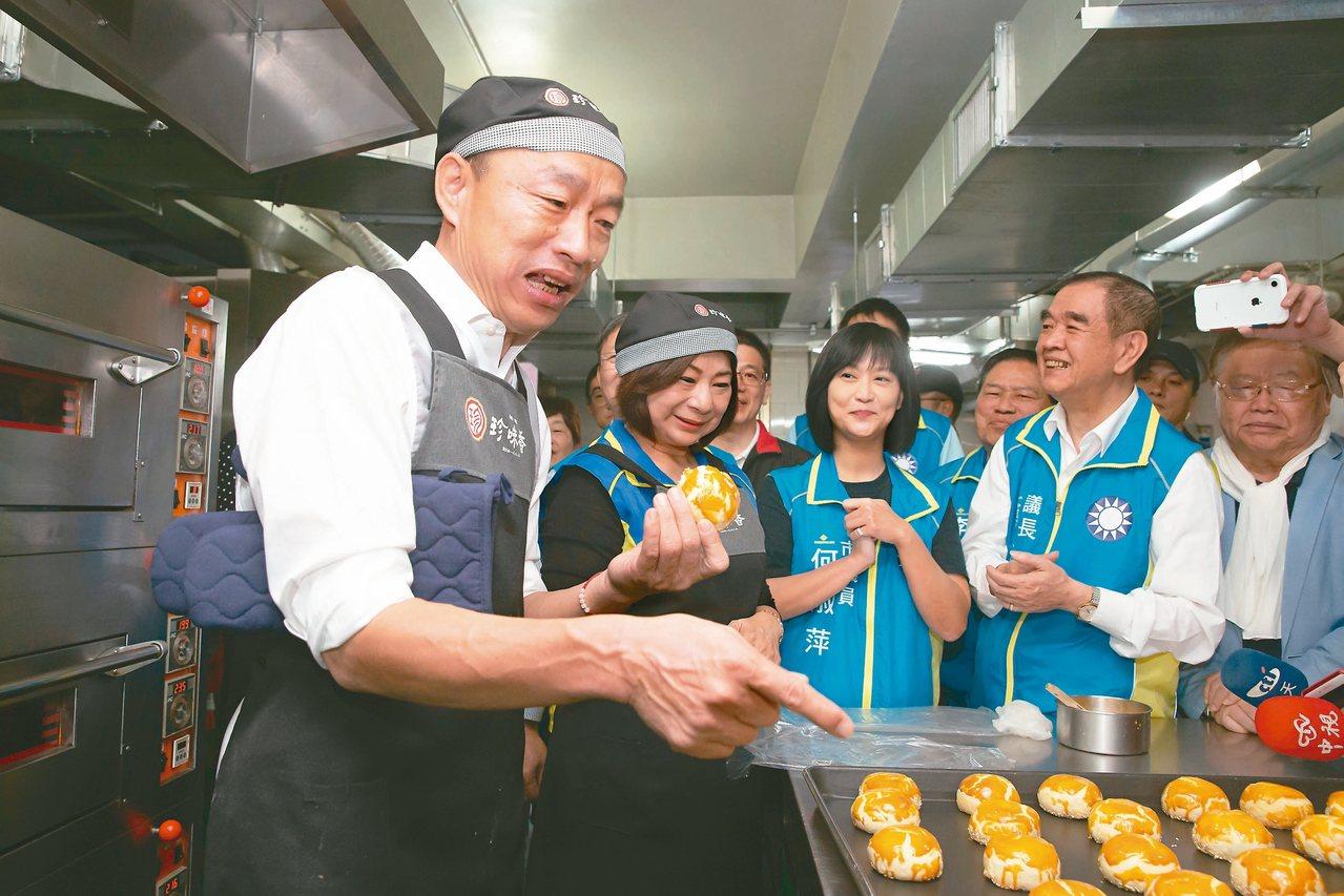 國民黨總統參選人韓國瑜(左一)昨天拜訪基隆暖暖區珍味香餅家,體驗製作招牌「帝王酥...
