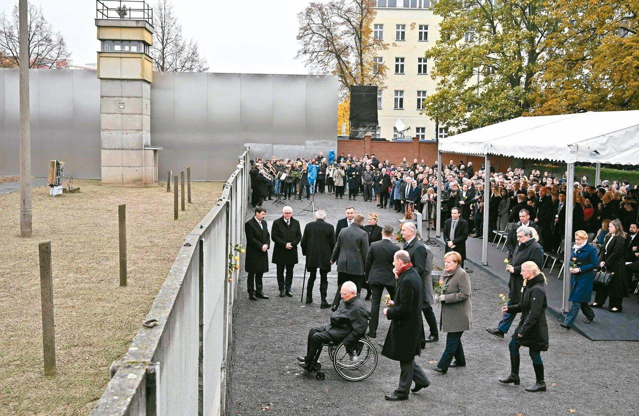 德國九日舉行柏林圍牆倒塌卅周年儀式,德國總理梅克爾(右二)和東歐多國領袖齊聚獻花...