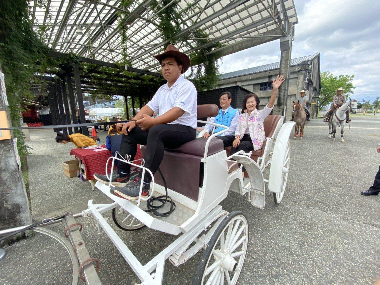 宜蘭縣長林姿妙昨天在馬隊前導下,搭乘馬車入園,參與揭幕。記者羅建旺/攝影
