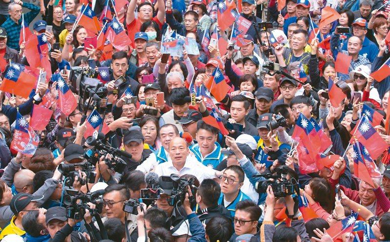 韓國瑜(中)昨赴基隆為藍委候選人宋瑋莉站台,被韓粉簇擁入場。記者季相儒/攝影