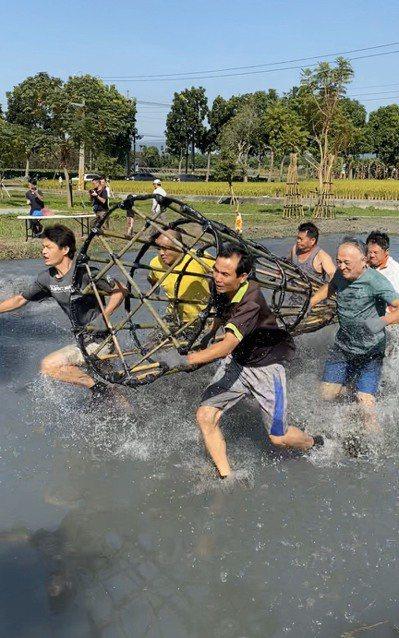林內鄉搶水文化節參賽隊伍卯足全力爭取佳績,也體驗先人和大自然搶水之苦。 記者蔡維...