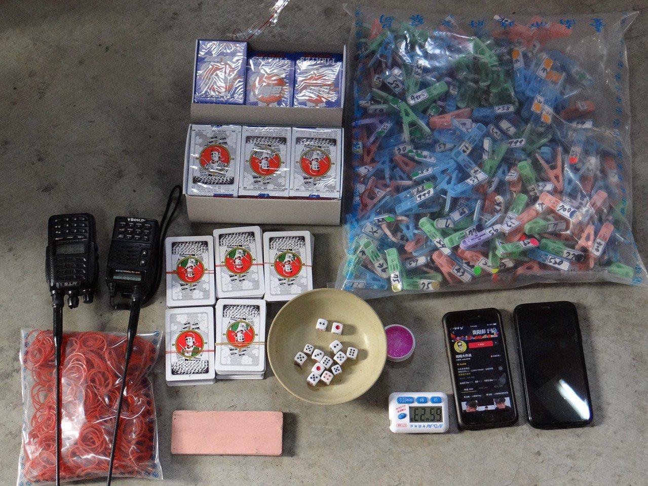 警方在麻豆區一處柚子園查獲流動性職業賭場,在場38人全帶回。記者吳淑玲/翻攝
