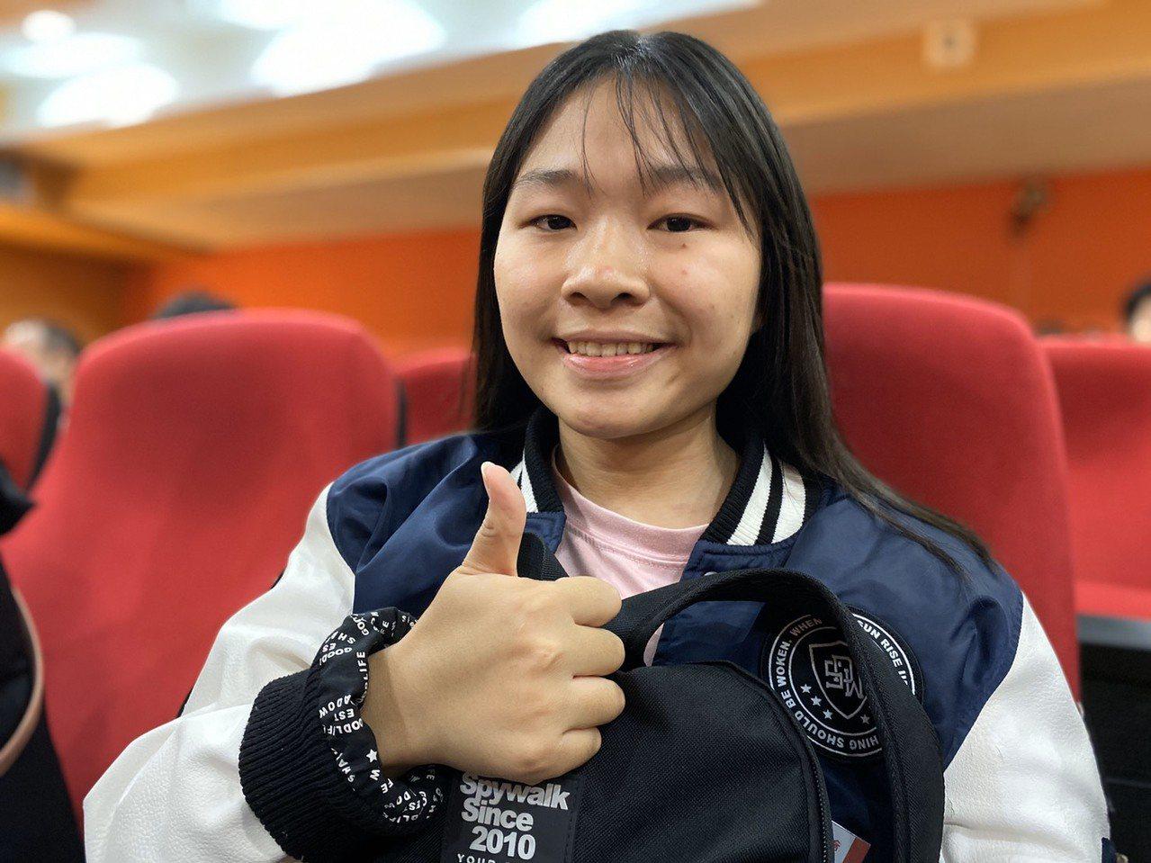 蘇澳海事學生鄭翠玄獲得葛瑪蘭文化基金會頒發獎助學金,她家庭困境,但體貼懂事,一肩...