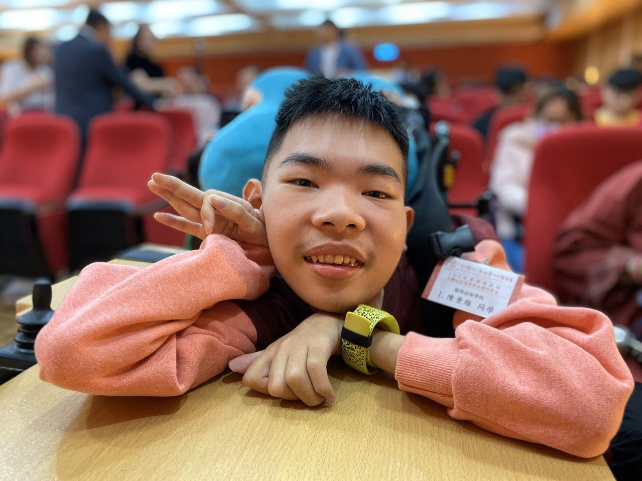 19歲的蘭陽技術學院學生陳景維從小罹患脊髓性肌肉萎縮症,不知道生命什麼時候會到盡...