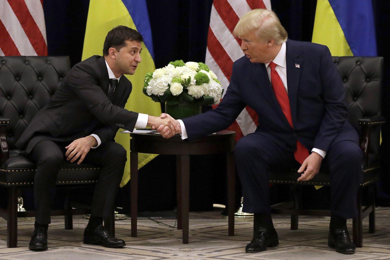 美國總統川普(右)和烏克蘭總統澤倫斯基(左)於9月紐約聯合國大會期間,在紐約巴克...