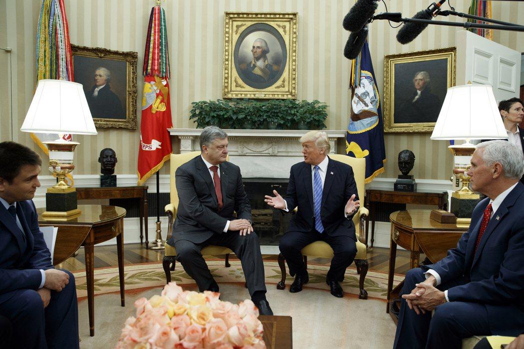 烏克蘭前總統波洛申科(左二)2017年6月訪美時遭川普(右二)冷待,僅允許在橢圓...