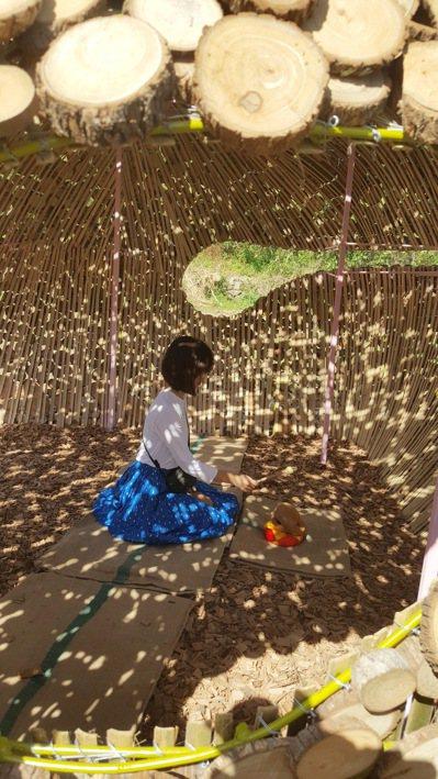 陳明珠在地景藝術作品「木魚禪音」體驗敲木魚。 記者胡蓬生/攝影
