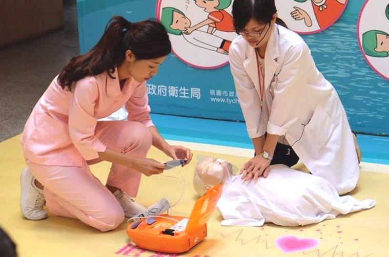 心肺復甦術CPR急救法早年宣導口訣為「叫叫ABC」,近年改為「叫叫CABD」。圖...