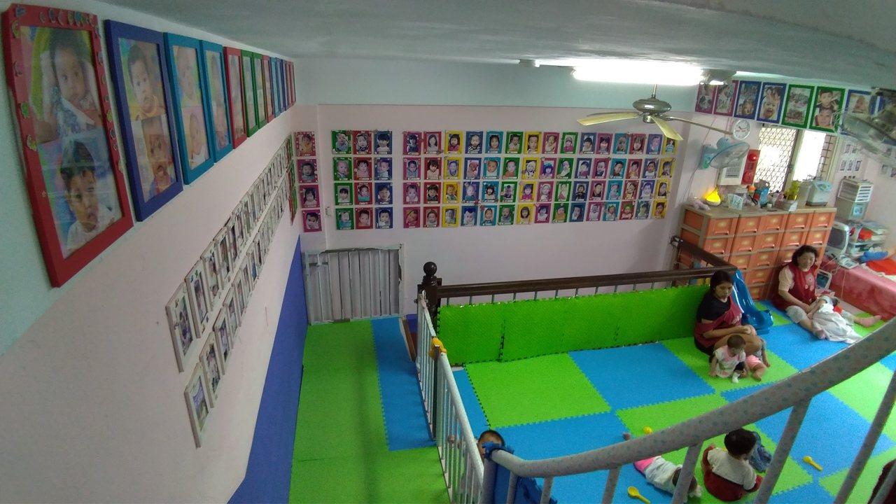 關愛之家十年來已收容超過五百個失聯移工媽媽的寶寶,孩子照片貼滿牆壁。 記者林昭彰...