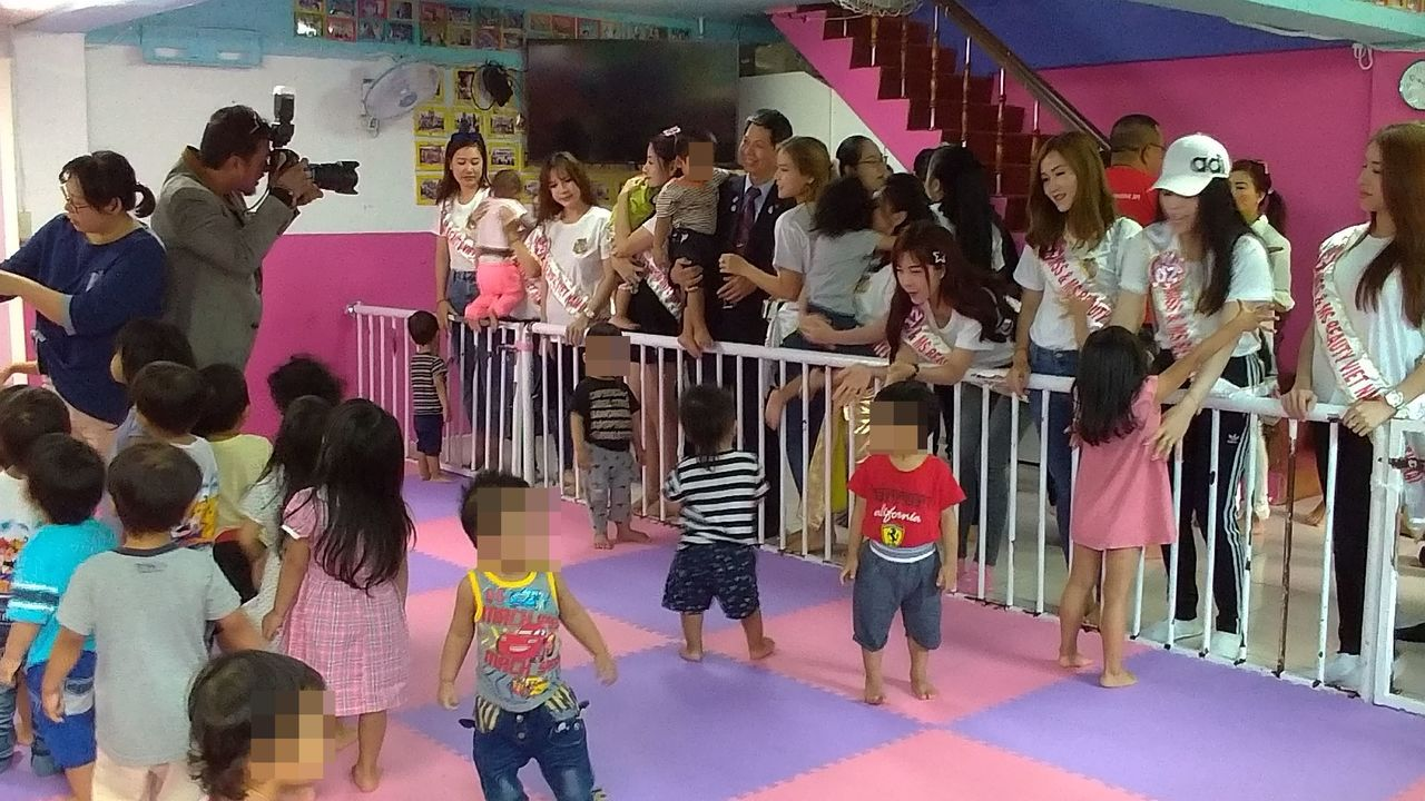 越南某選美協會,每年帶參選佳麗到關愛之家參訪。 記者林昭彰/攝影