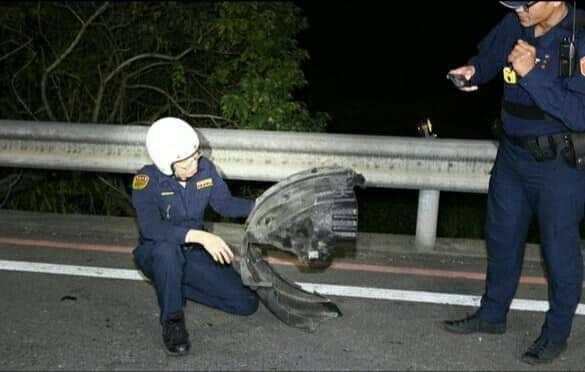 警方在車禍現場採證肇逃車輛遺留的車輪內規擋泥板。記者林昭彰/翻攝