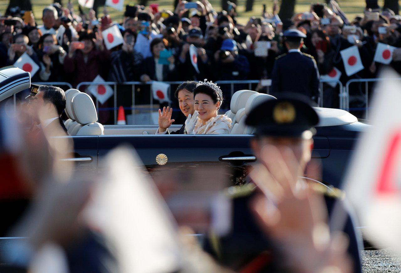 「日皇德仁即位遊行在台灣時間10日下午2點舉行,圖為德仁與皇后雅子搭乘敞篷車。路...