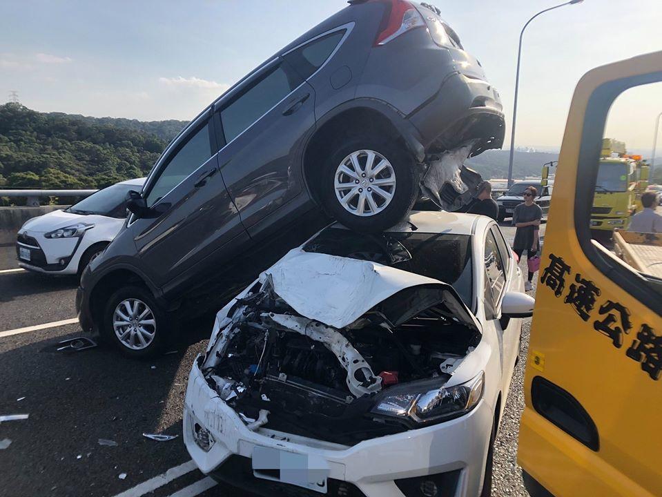 國道1號五楊高架道北上龜山路44.3公里處發生離奇車禍,4輛休旅車、自小客車疑似...