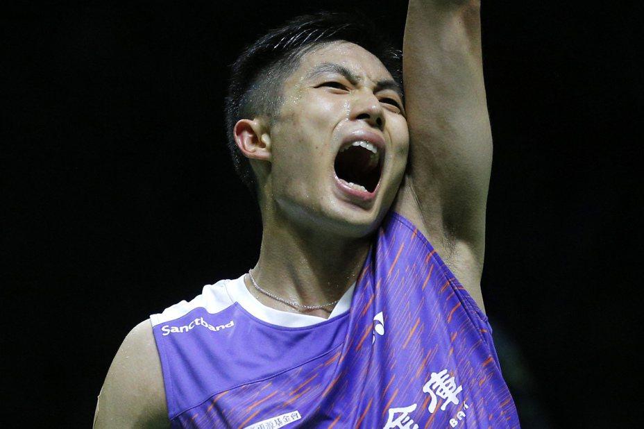 周天成今天在男單首輪遭遇世界排名第十五名的日本選手常山幹太,在比賽第68分鐘以21:5、24:26、21:15辛苦勝出。 新華社