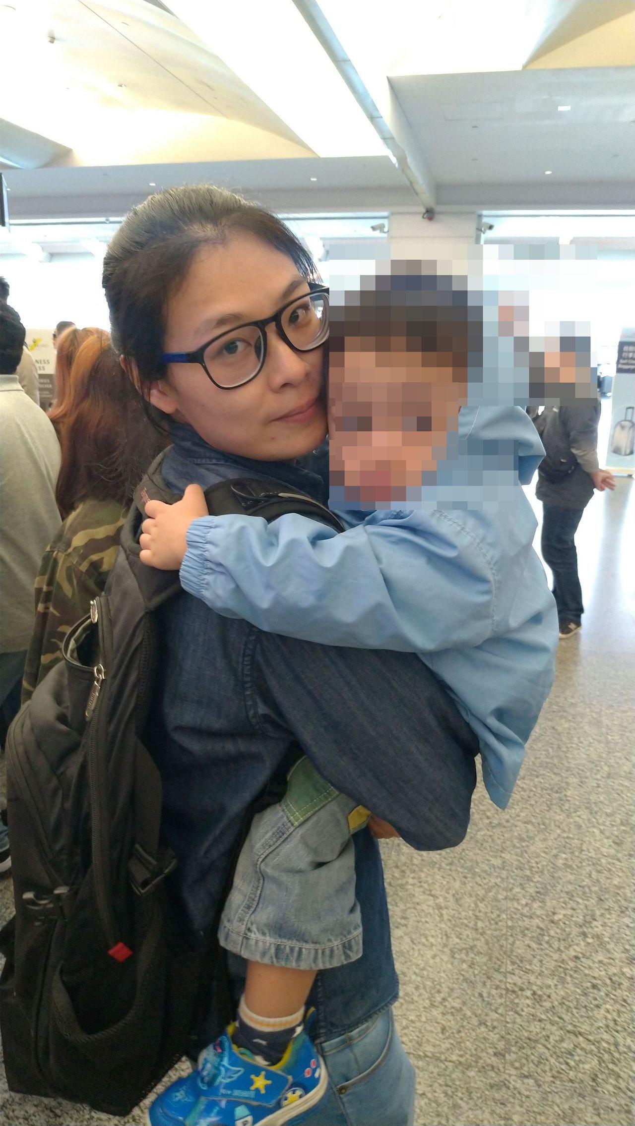 黑戶寶寶到機場與失聯移工媽媽會合,一起被遣返,他緊緊抱著比媽媽照顧他時間還長的社...