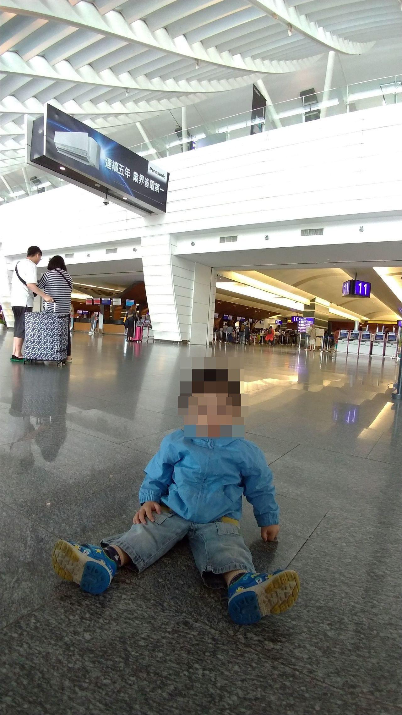 未滿二歲的在台出生黑戶寶寶,到機場隨失聯移工媽媽遣返,歸鄉之後才可能取得國籍。記...