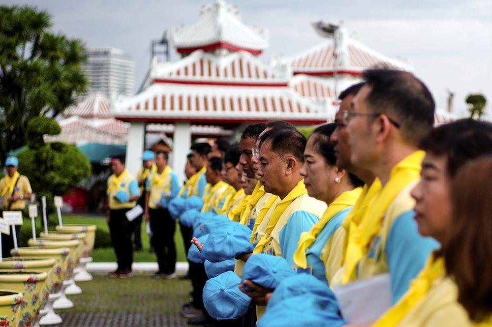 「志願者精神」志工團準備粉刷曼谷鄭王廟並整理花草。(路透)
