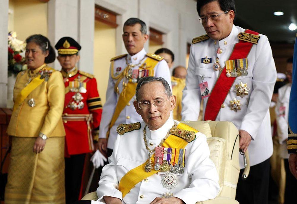 在位70年間深受國民愛戴的泰王蒲美蓬(圖中)駕崩後,瓦吉拉繼位,他想要更大的權力...