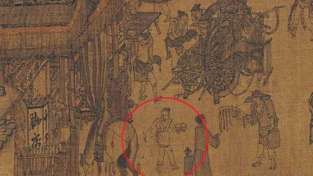 圖為清明上河圖局部,可清楚看到在白馬旁邊有位圍著圍裙、手上拿著兩個碗,正要外送的...