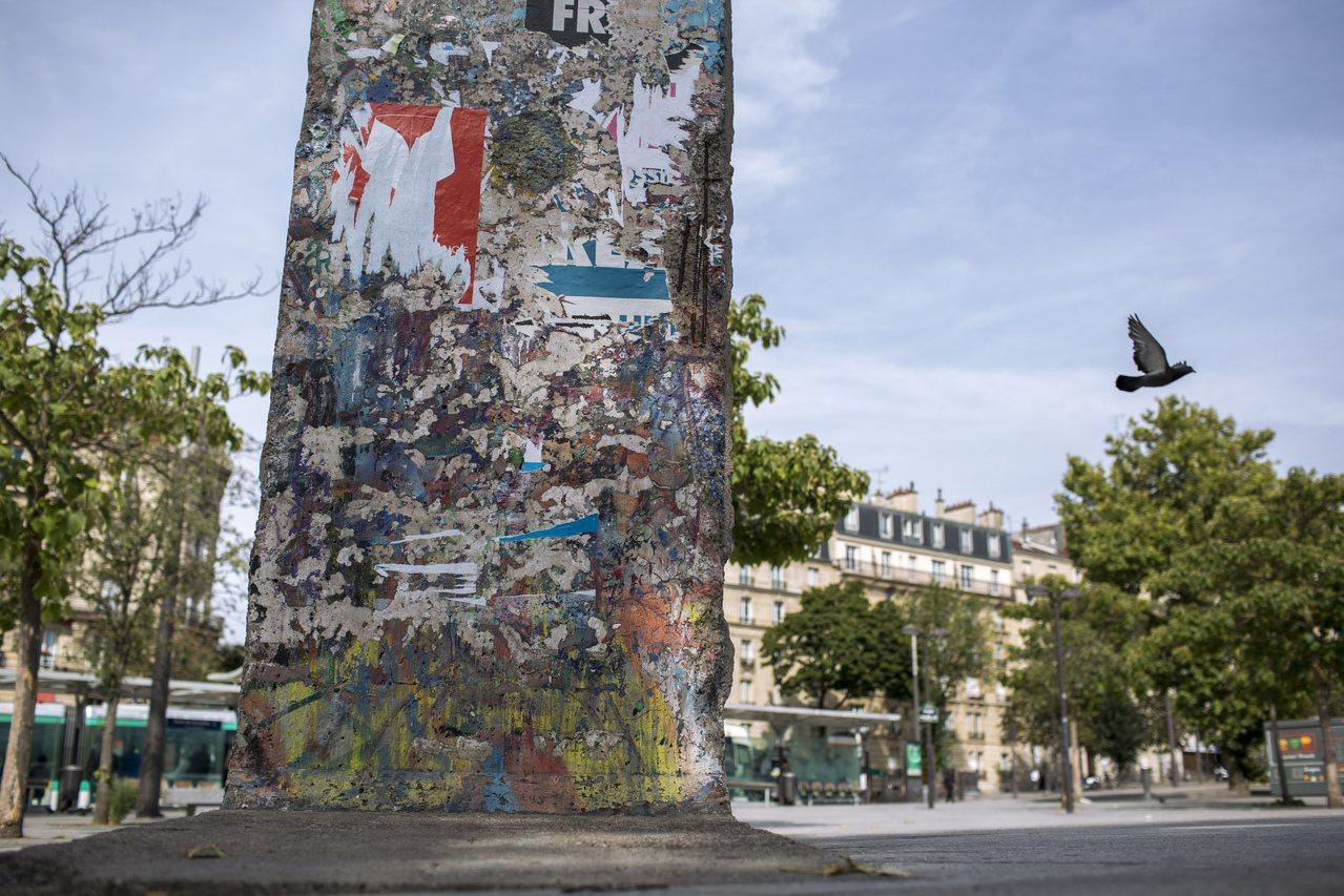 法國凡爾賽港展示的柏林圍牆。 美聯社
