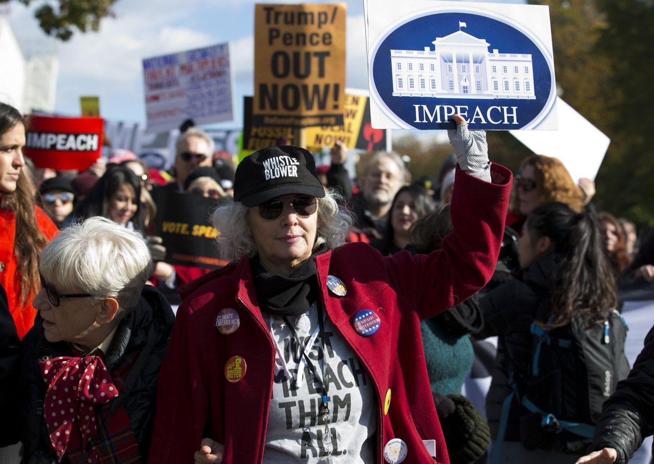 國會眾院的公開彈劾調查即將登場,華府賓州大道的示威群眾高舉「彈劾」標語,要求國會...